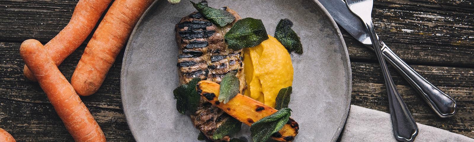 Grillet svinekoteletter med salvie og gulerod