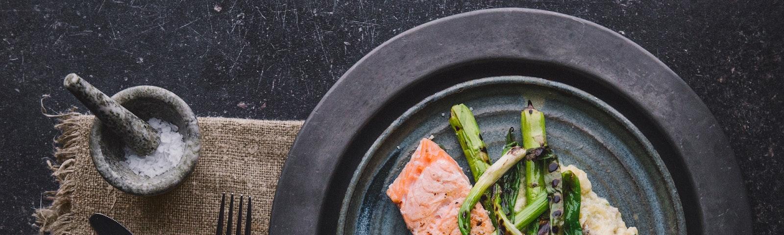 Grillet laks med kartoffelmos og asparges