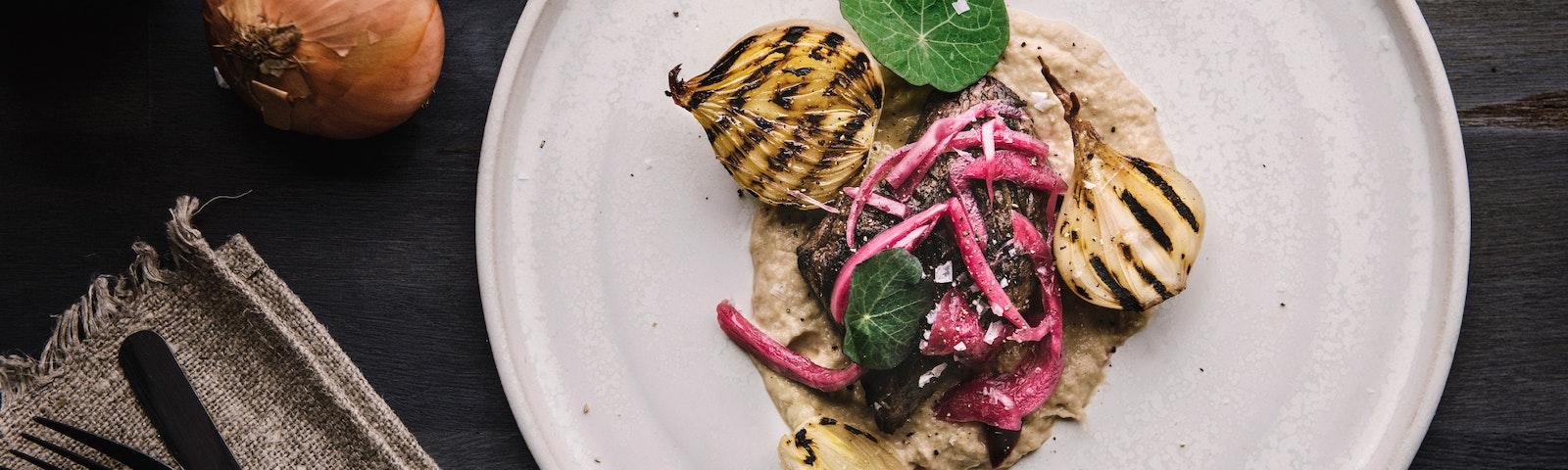 gegrilltes Steak mit Dreierlei der Zwiebel