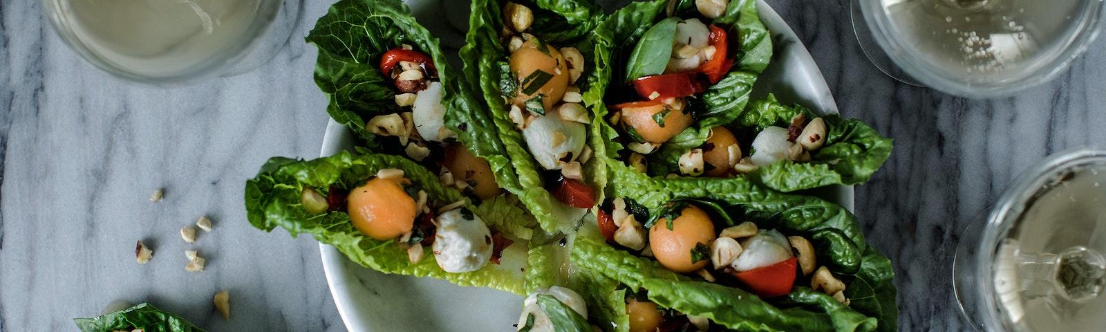 Salathapser med mozzarella, grillet peberfrugt og marineret melon