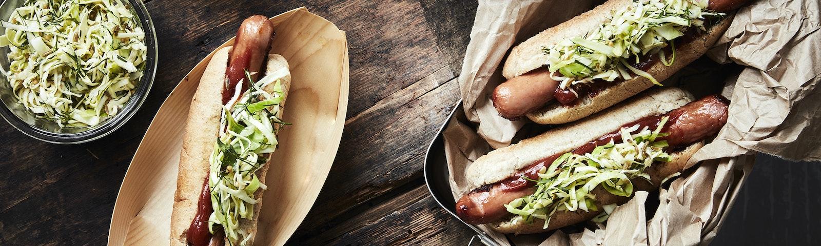 Hotdog med syltet kål og karry ketchup