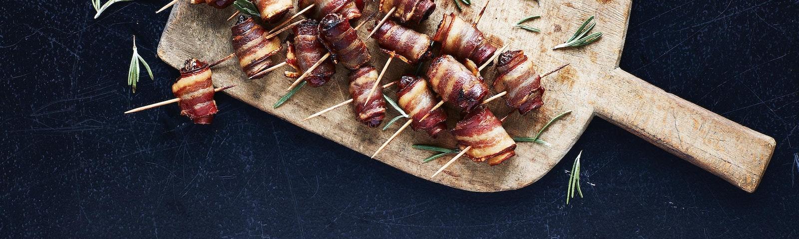 Getrocknete Datteln in Bacon