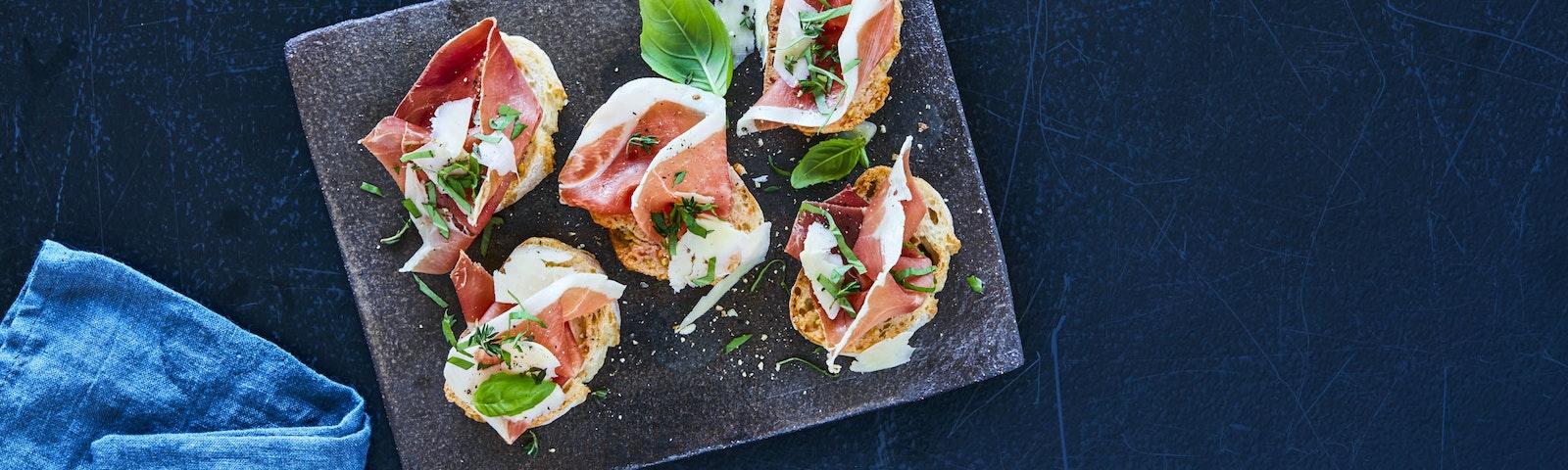 Spanska tapas med serranoskinka och grillad persika