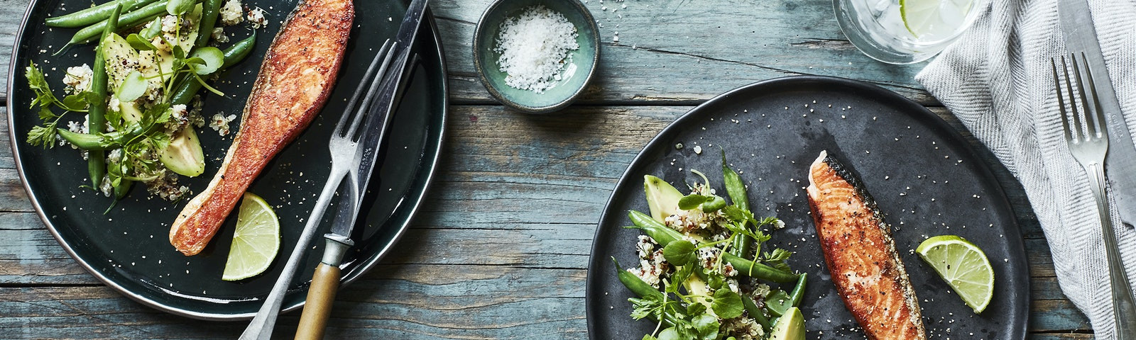 Stekt lax och quinoasallad med ärter och avokado