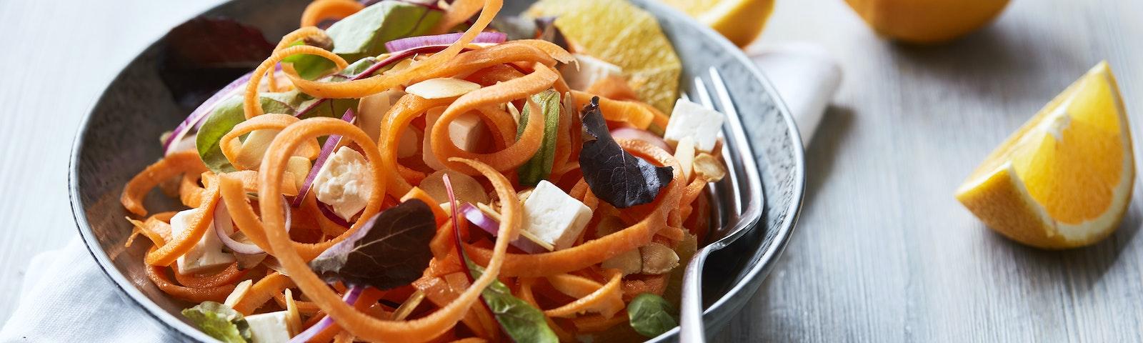 Spiralsalat med gulerod, appelsin & salattern