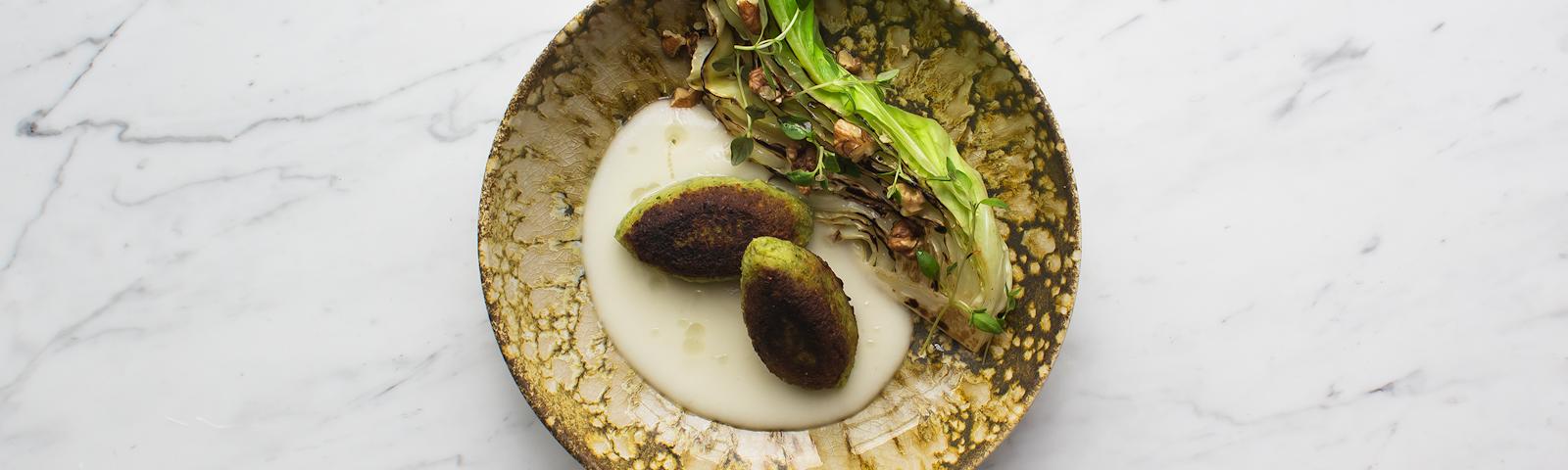 Plantedeller med sølvløgspuré og grillet spidskål