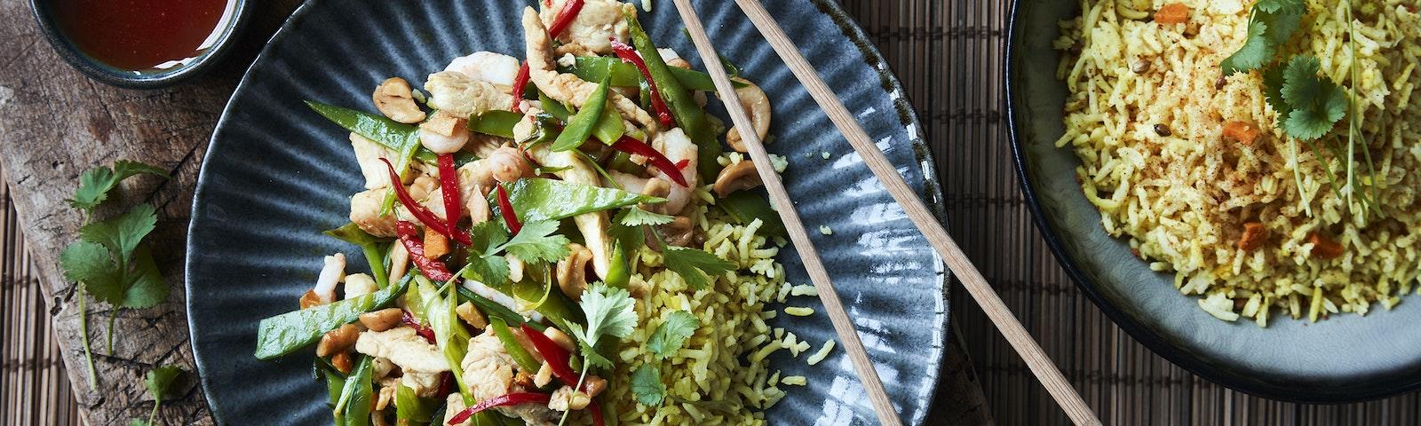 Wokad kyckling med räkor och kryddat ris