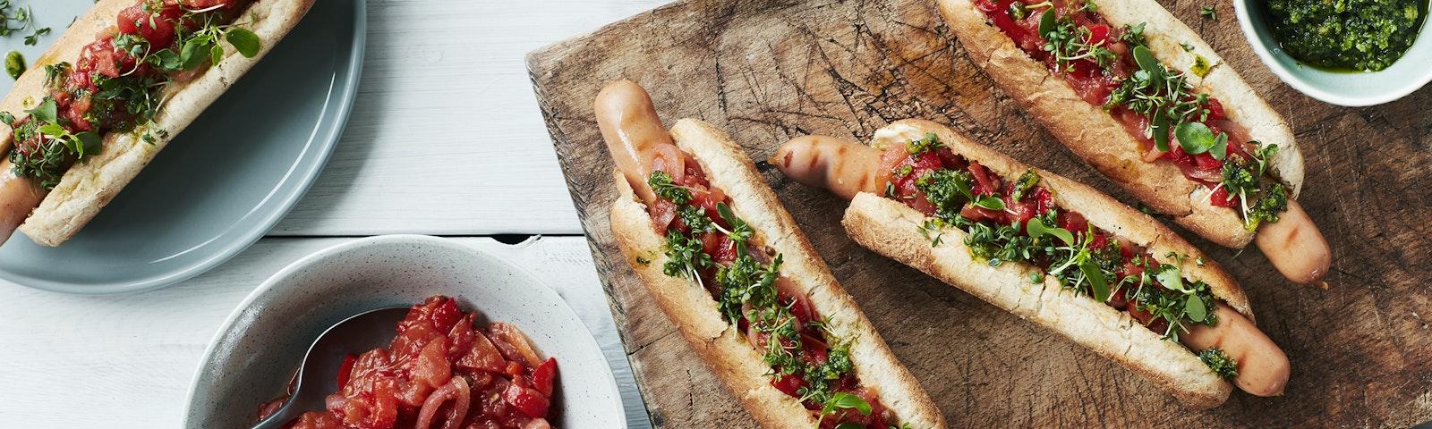 Grillede hotdog med aioli, pesto og syltet peber & rødløg
