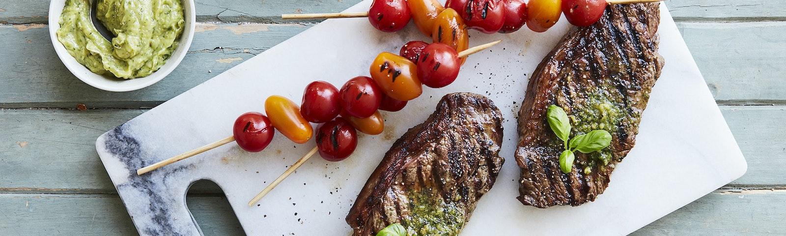 Grillet højrebsbøf med pestosmør & grillede tomatspyd