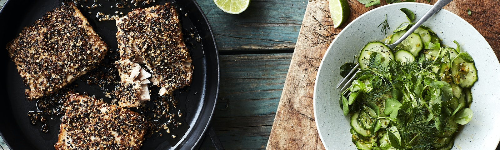 Sesam-quinoa stegt laks med agurkesalat