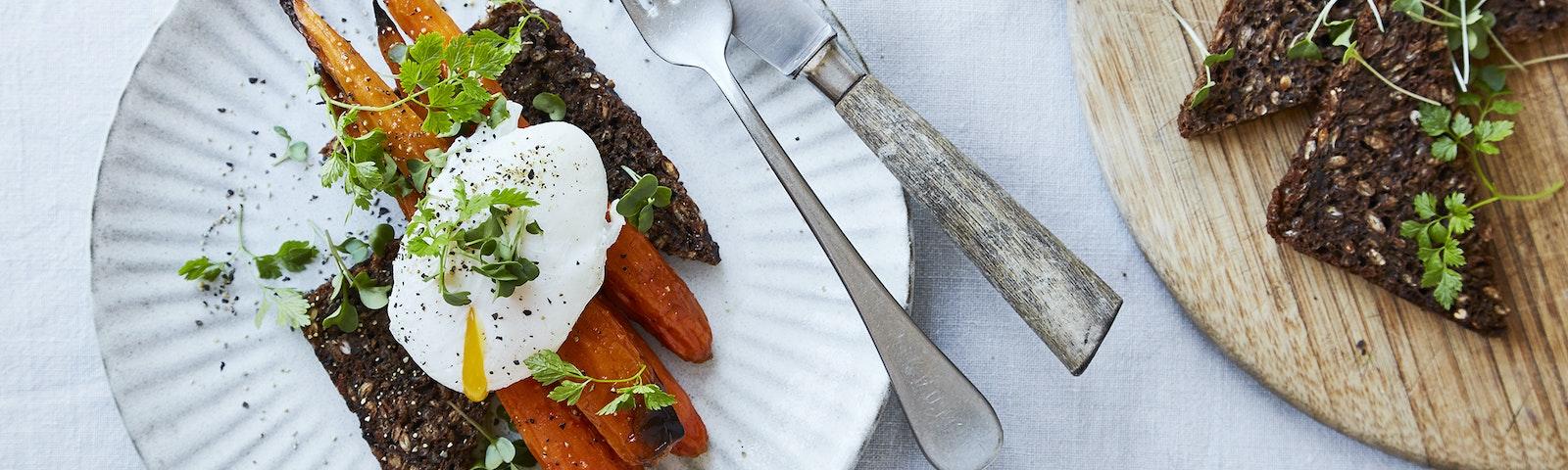 Bagte gulerødder med pocheret æg & ristet rugbrød