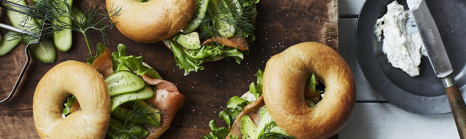 Bagels med rökt lax, avokado och gurka