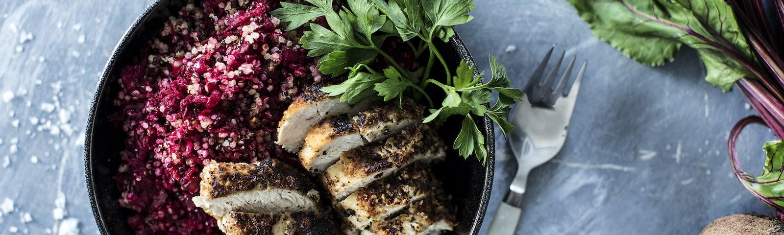 Mandelkyckling med quinoa och rödbetor