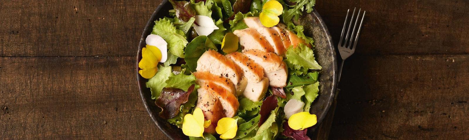 Putenbrust auf Salat
