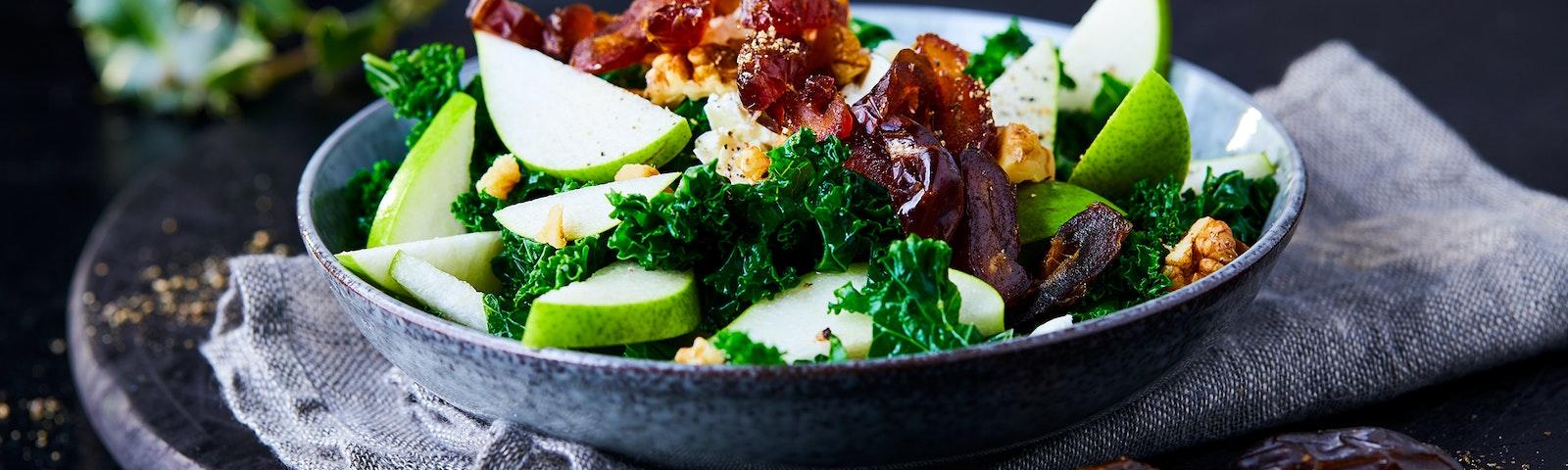 Salat med kål, pærer og dadler