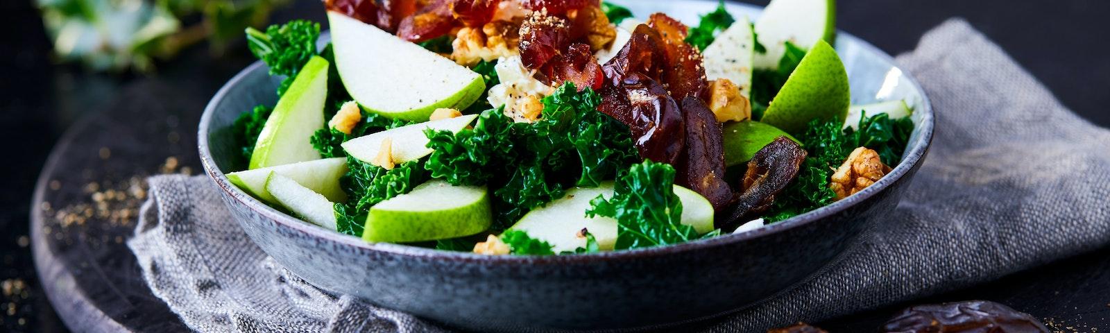 Sallad med grönkål, päron och dadlar