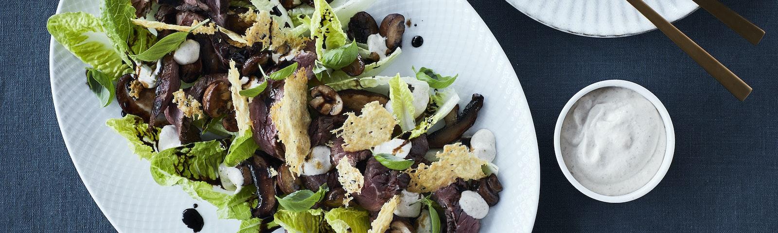 Tagliata med onglet, svampe og parmesan