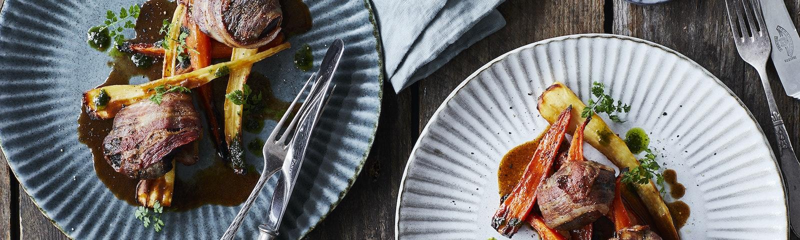 Rødvinsbraiserede svinekæber i baconsvøb med glaserede rodfrugter