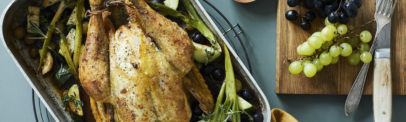 Helstegt kylling med vindruer, forårsløg og squash