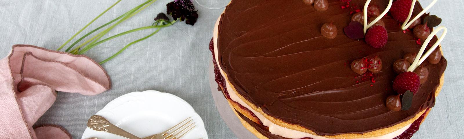 Lagkage med chokolade cremeux og vaniljecreme