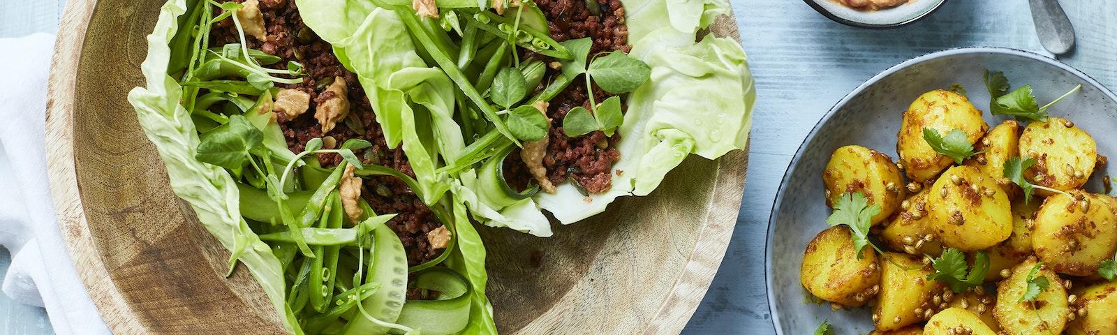 Sallatswrap med kryddig växtfärs och potatis