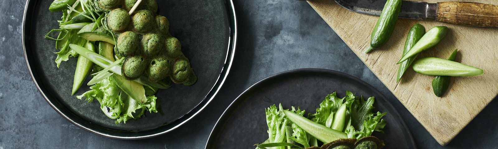 Spinat bubble waffle med avocado og agurk