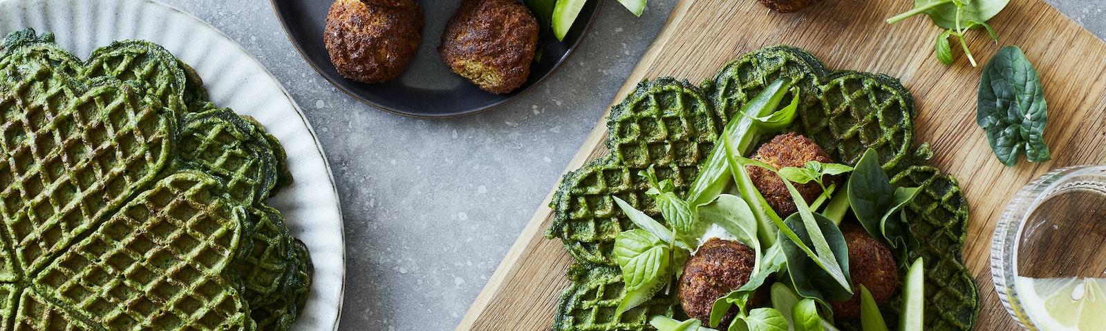 Spinatvafler med falafel, kikærtepålæg & agurk