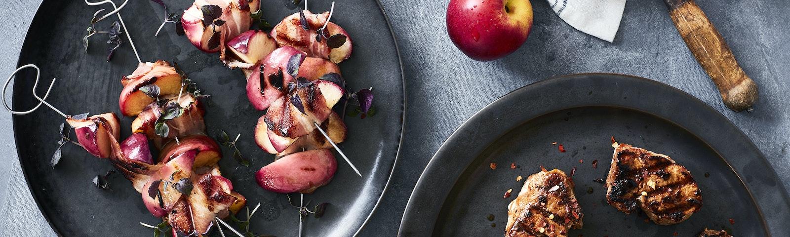 Grillspyd med nektarin i baconsvøb