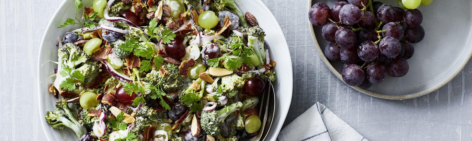 Broccolisalat med vindruer og bacon