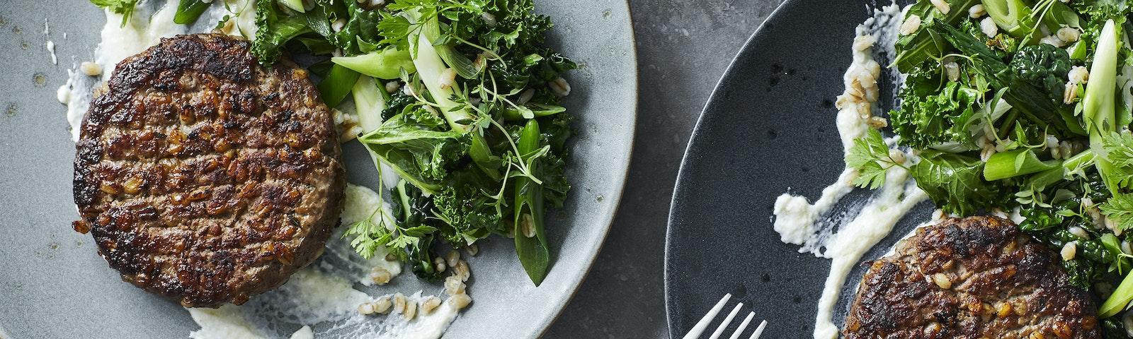 Hakkebøf med perlebygsalat og parmesandressing