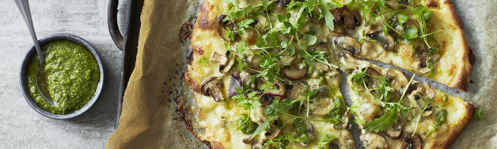 Pizza bianca med champignon og gorgonzola