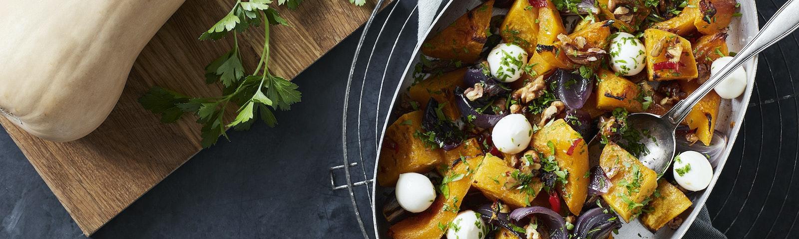 Ovnbagt butternut squash med rødløg, valnødder & mozzarella