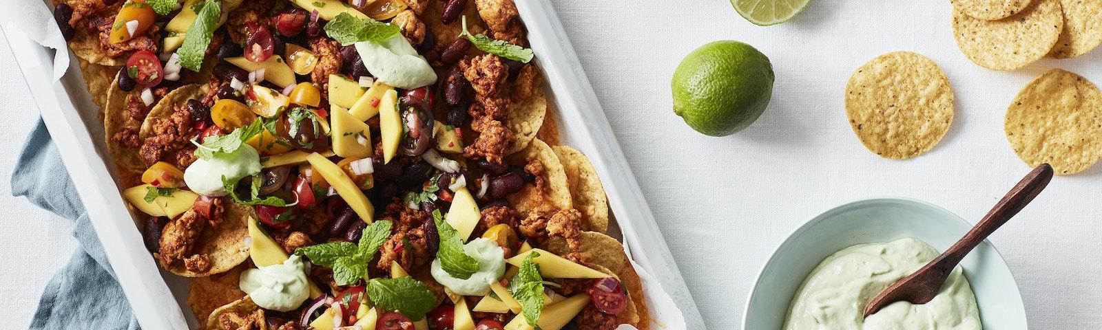 Nachos med krydret kylling, mangosalsa & avocadocreme