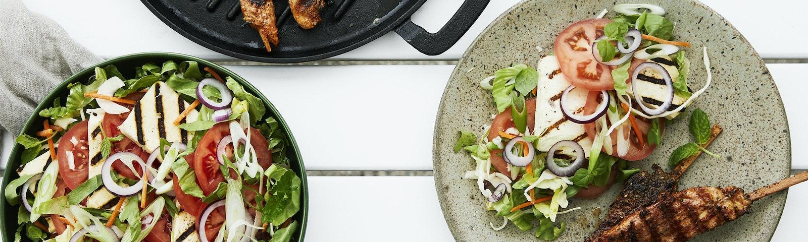 Basissalat med tomat og grillost
