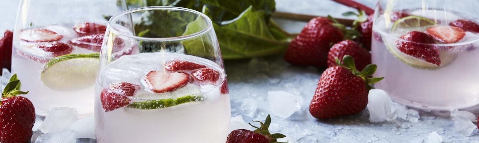 Gin & tonic med jordbær og rabarbersirup