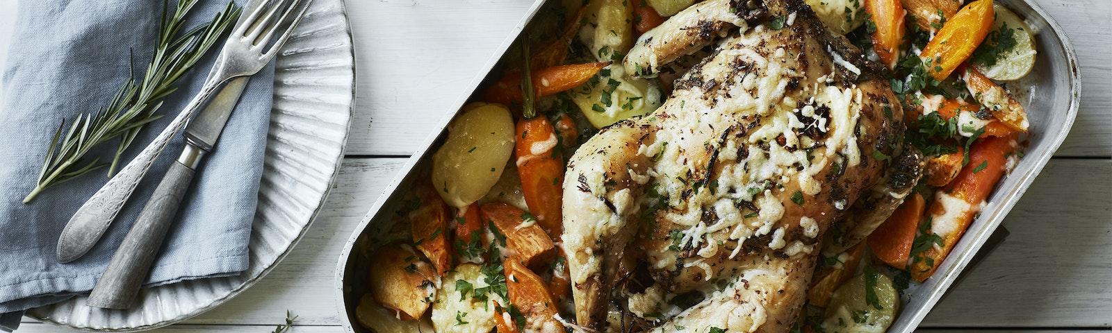 Hel kylling med kartofler, gulerødder, ost og urter